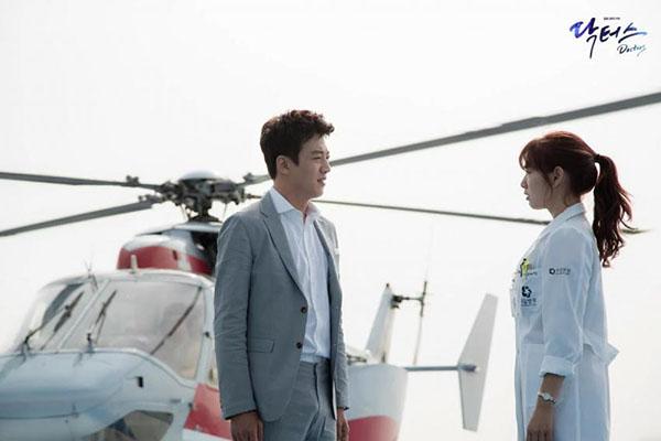 Sau Song Joong Ki, lại thêm Kim Rae Won cưa cẩm bằng trực thăng - Ảnh 1.