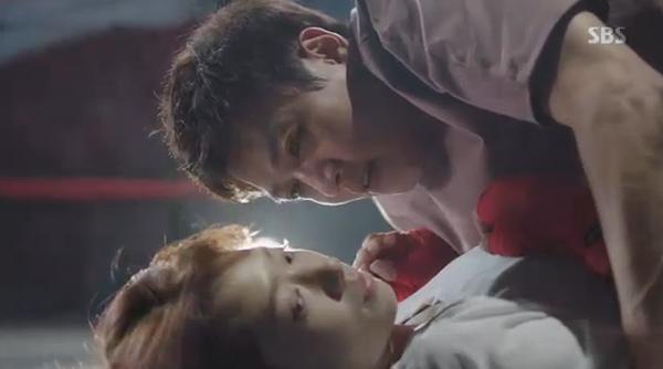 """""""Doctors"""": Park Shin Hye bị kẻ lạ tấn công bất thình lình tại bệnh viện - Ảnh 9."""