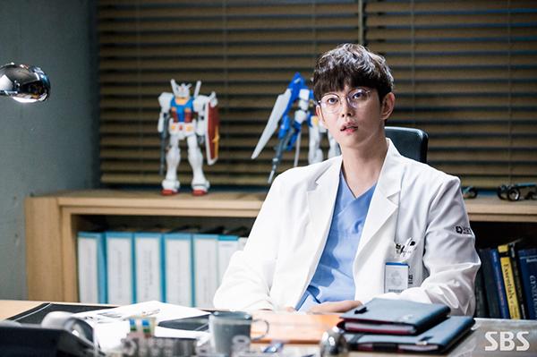 Doctors: Yoon Kyun Sang đã phá nát hình tượng nam thứ hoàn hảo trên phim Hàn! - Ảnh 1.