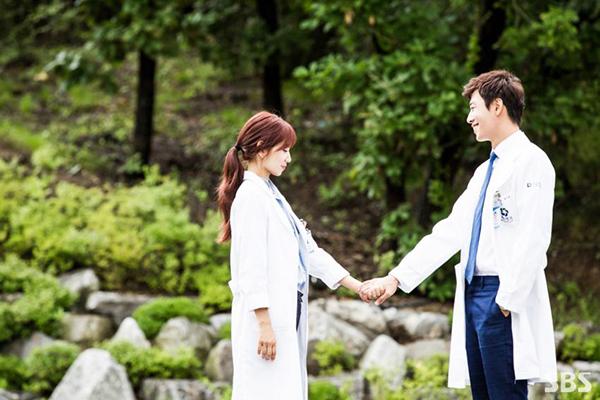 Doctors: Ngày Lee Sung Kyung chơi đểu Park Shin Hye cuối cùng cũng đến - Ảnh 32.