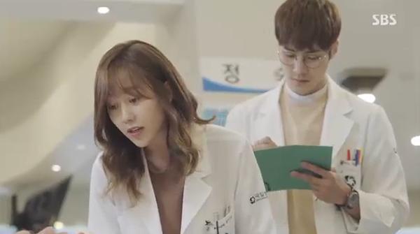 """""""Doctors"""": Xem kìa, Park Shin Hye cuối cùng đã biết ghen! - Ảnh 2."""