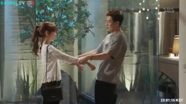 """""""Doctors"""": Lee Sung Kyung quỳ gối cầu xin Park Shin Hye - Ảnh 1."""