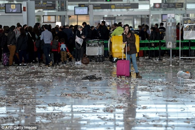 Không thể tin được bãi rác này lại chính là sân bay ở Tây Ban Nha - Ảnh 1.