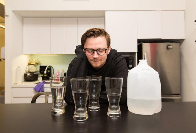 Thử thách uống 4 lít nước mỗi ngày và cái kết không thể tin nổi - Ảnh 1.