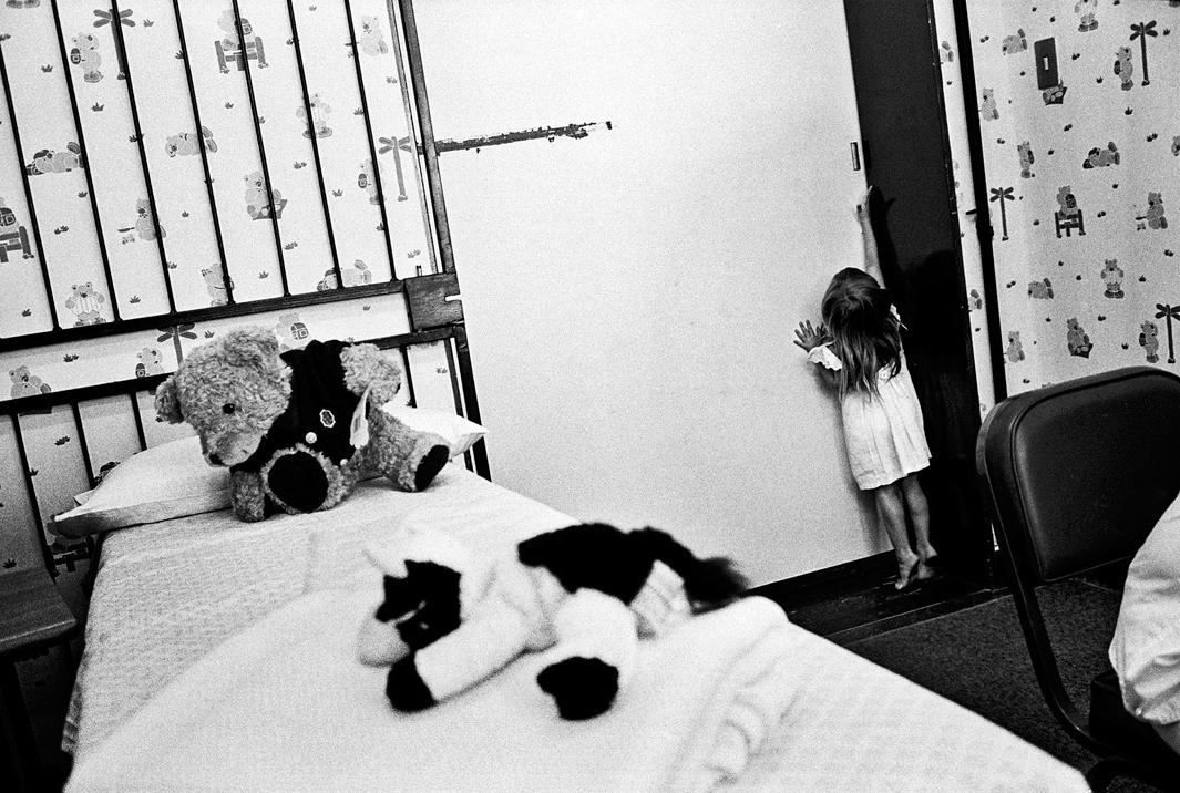 Loạt hình ám ảnh về những đứa trẻ từng bị lạm dụng tình dục - Ảnh 3.