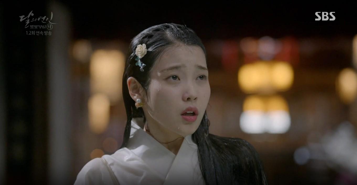 Moon Lovers: Lần đầu gặp gỡ, hoàng tử Lee Jun Ki làm anh hùng cứu mỹ nhân IU - Ảnh 9.