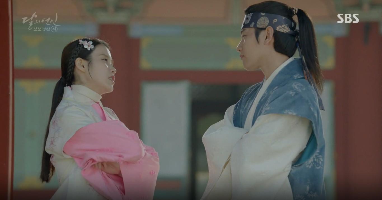 Moon Lovers: Đánh nhau chán chê, hoàng tử Baekhyun lại đột nhiên phải lòng IU - Ảnh 1.