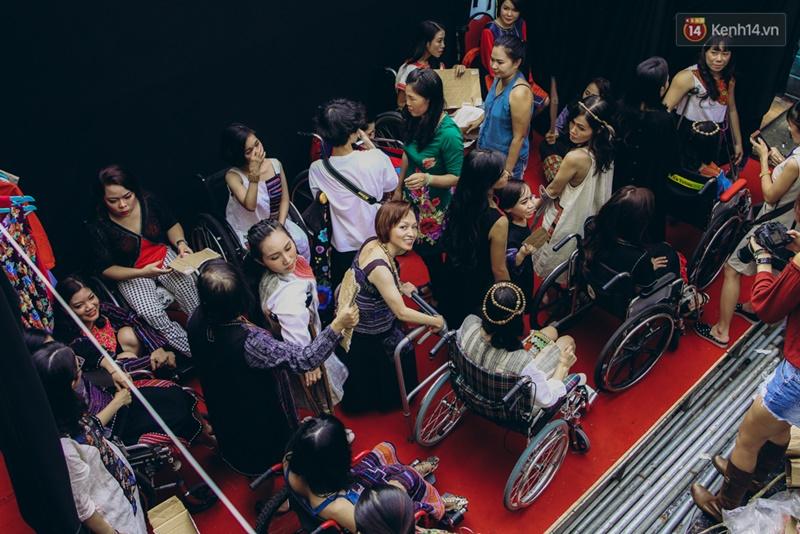 Chùm ảnh xúc động về nét đẹp của những người phụ nữ khuyết tật trên sàn diễn thời trang ở Sài Gòn - Ảnh 17.