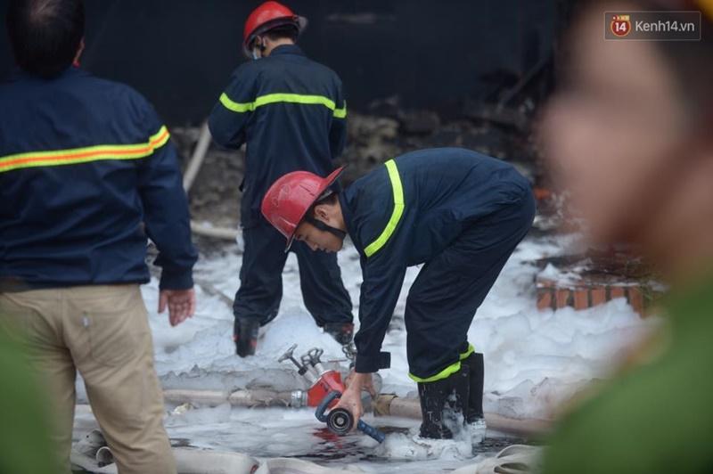 Clip lính cứu hỏa chìm trong khói lửa mịt mù ở Hà Nội - Ảnh 2.