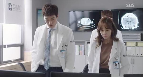 """""""Doctors"""": Xem kìa, Park Shin Hye cuối cùng đã biết ghen! - Ảnh 6."""