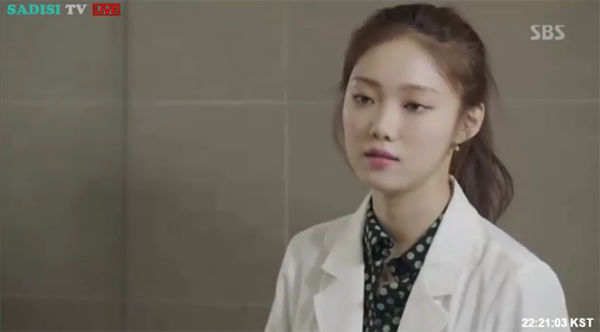 """""""Doctors"""": Lee Sung Kyung quỳ gối cầu xin Park Shin Hye - Ảnh 19."""