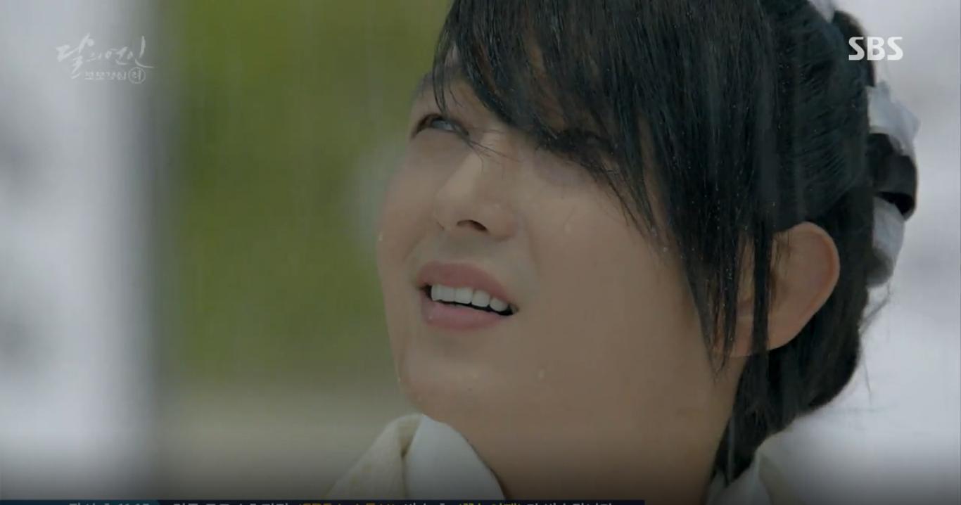 Moon Lovers: IU trổ tài trang điểm che sẹo giúp Tứ hoàng tử Lee Jun Ki - Ảnh 7.
