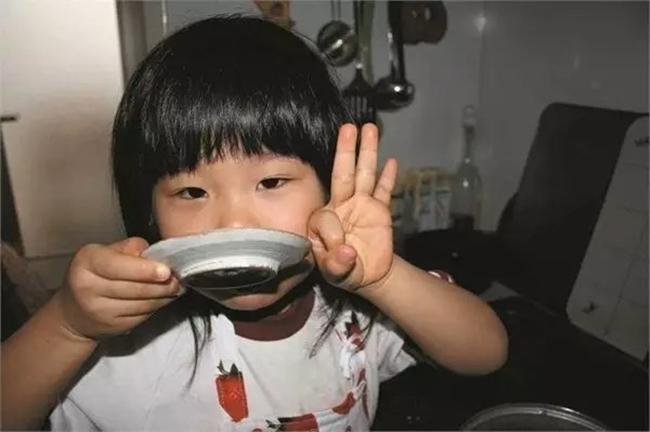 Cô bé 4 tuổi bị mẹ ép phải làm mọi việc nhà và nguyên nhân phía sau sẽ khiến bạn rơi lệ - Ảnh 9.