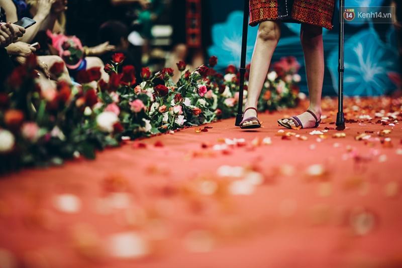 Chùm ảnh xúc động về nét đẹp của những người phụ nữ khuyết tật trên sàn diễn thời trang ở Sài Gòn - Ảnh 21.