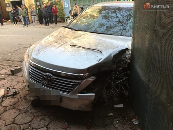 Hà Nội: Tài xế lái xe Camry gây tai nạn kinh hoàng, 3 người tử vong - Ảnh 2.