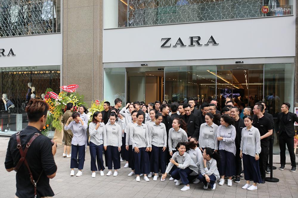 Đồng phục nhân viên Zara Việt Nam mới mẻ hơn hẳn so với mẫu đồng phục đen trên toàn thế giới - Ảnh 2.