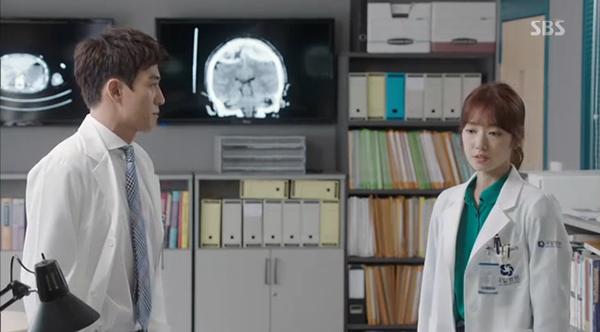 """""""Doctors"""": Xem kìa, Park Shin Hye cuối cùng đã biết ghen! - Ảnh 4."""