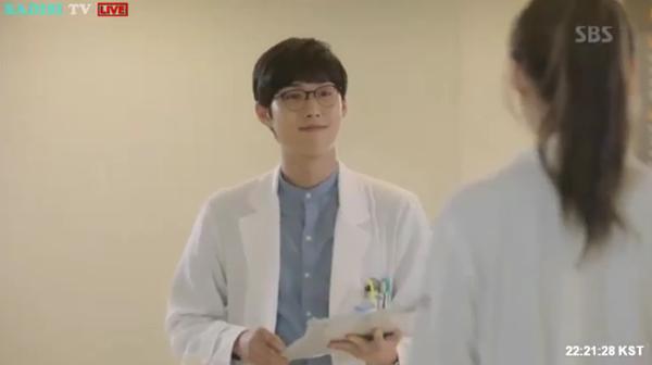 """""""Doctors"""": Lee Sung Kyung quỳ gối cầu xin Park Shin Hye - Ảnh 21."""