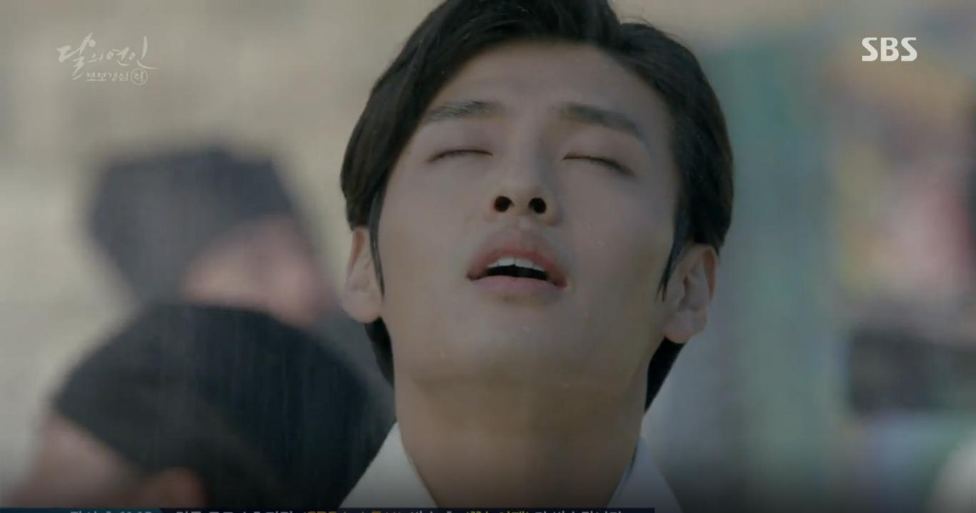Moon Lovers: IU trổ tài trang điểm che sẹo giúp Tứ hoàng tử Lee Jun Ki - Ảnh 8.