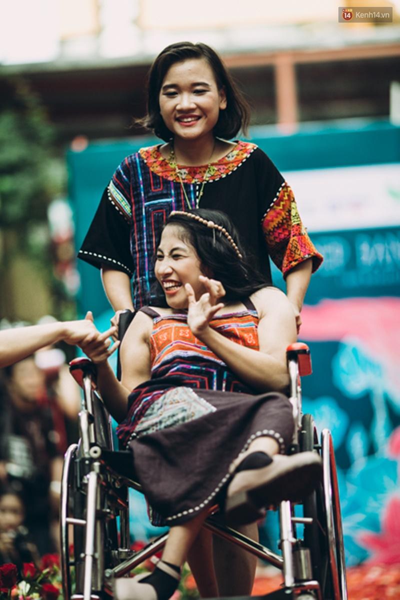 Chùm ảnh xúc động về nét đẹp của những người phụ nữ khuyết tật trên sàn diễn thời trang ở Sài Gòn - Ảnh 23.