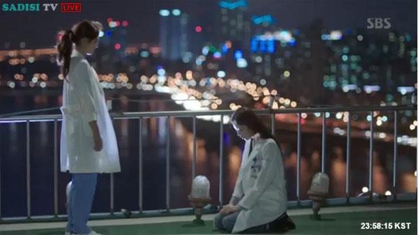 """""""Doctors"""": Lee Sung Kyung quỳ gối cầu xin Park Shin Hye - Ảnh 24."""