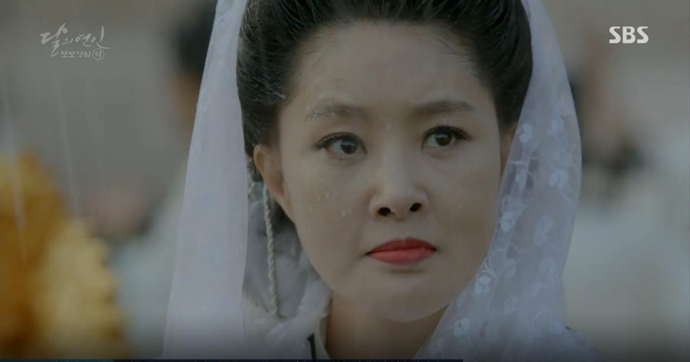 Moon Lovers: IU trổ tài trang điểm che sẹo giúp Tứ hoàng tử Lee Jun Ki - Ảnh 9.