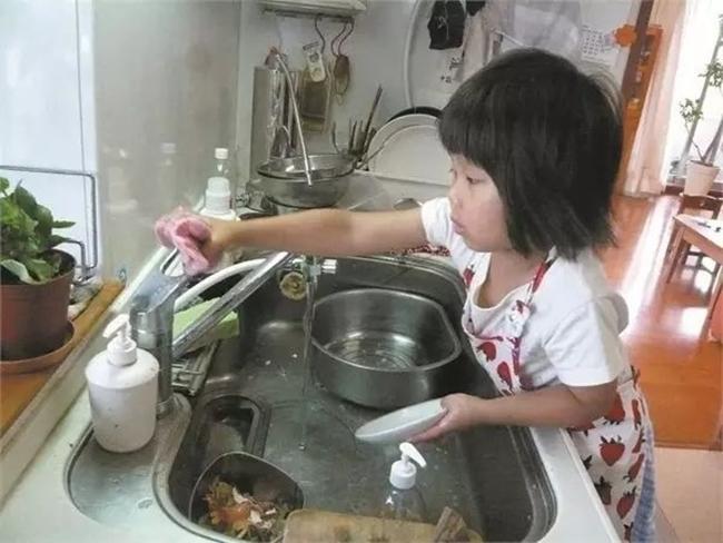 Cô bé 4 tuổi bị mẹ ép phải làm mọi việc nhà và nguyên nhân phía sau sẽ khiến bạn rơi lệ - Ảnh 8.