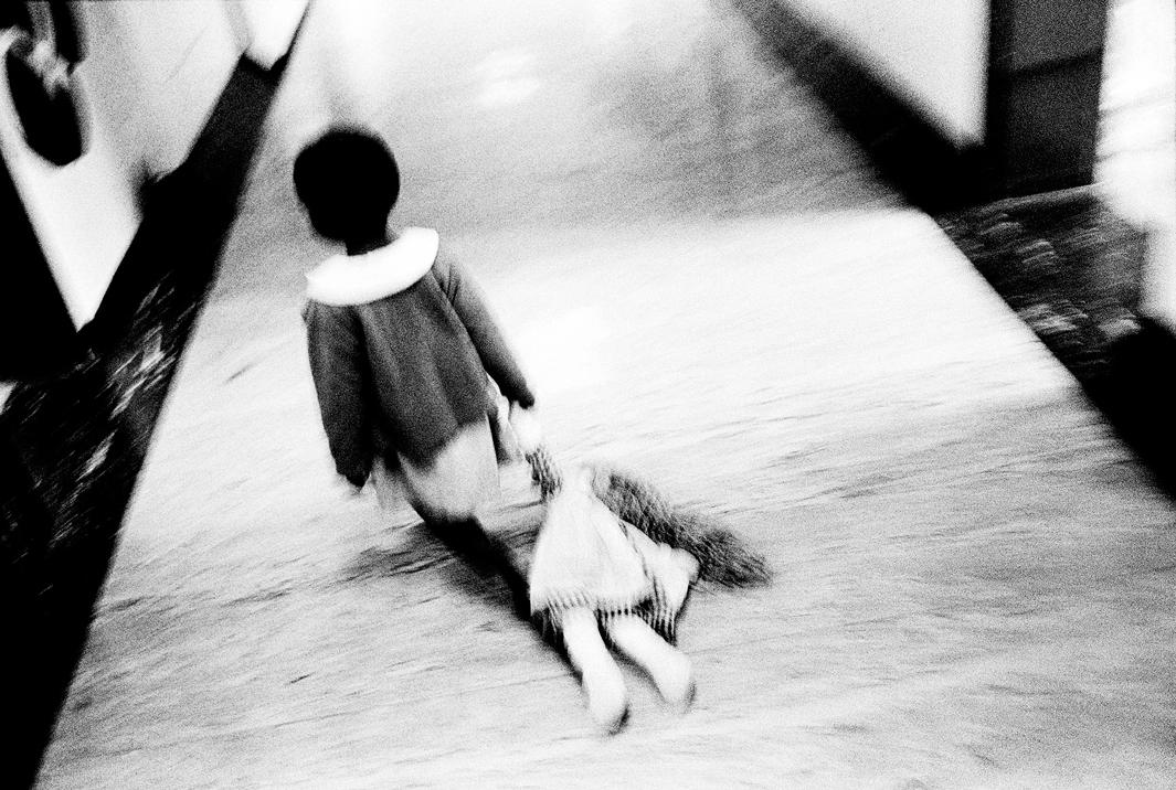 Loạt hình ám ảnh về những đứa trẻ từng bị lạm dụng tình dục - Ảnh 1.