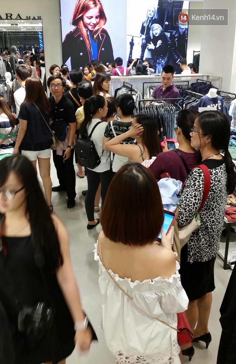 Gần đến giờ đóng cửa, store Zara Việt Nam vẫn đông nghịt, từng hàng dài chờ thanh toán hóa đơn cả chục triệu - Ảnh 21.