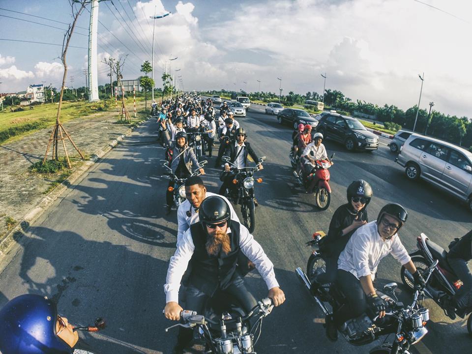 Hôm nay, dân tình siêu choáng với 500 anh em mặc suit, cưỡi motor cực bảnh đi khắp Hà Nội - Ảnh 17.
