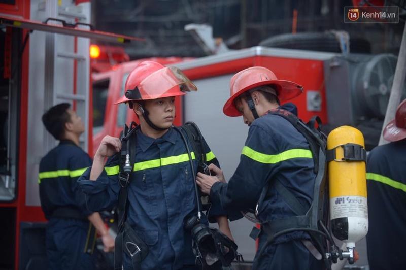 Clip lính cứu hỏa chìm trong khói lửa mịt mù ở Hà Nội - Ảnh 3.