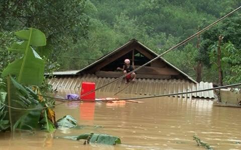 Chùm ảnh: Những hình ảnh nhói lòng về mưa lũ kinh hoàng ở miền Trung - Ảnh 5.