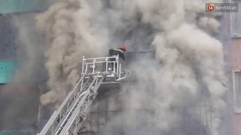 Clip lính cứu hỏa chìm trong khói lửa mịt mù ở Hà Nội - Ảnh 10.