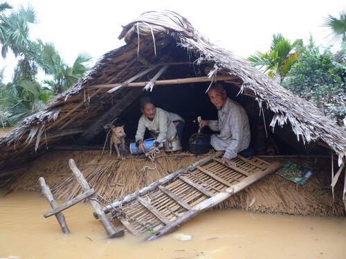 Chùm ảnh: Những hình ảnh nhói lòng về mưa lũ kinh hoàng ở miền Trung - Ảnh 6.
