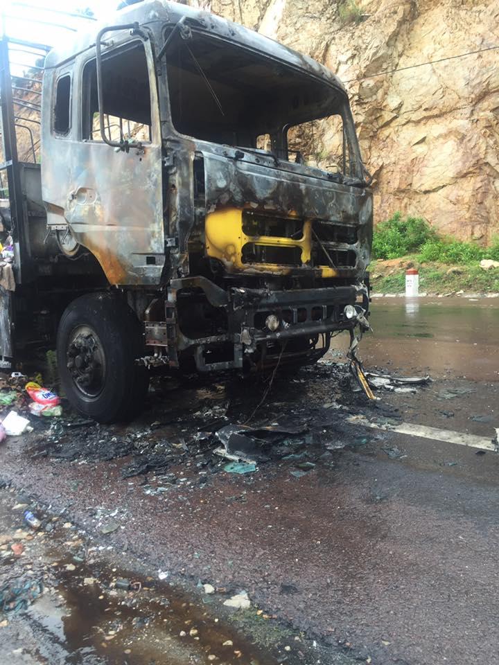 Tài xế bật khóc vì cả xe tải hàng bị cháy mà người dân vẫn thi nhau hôi của - Ảnh 2.