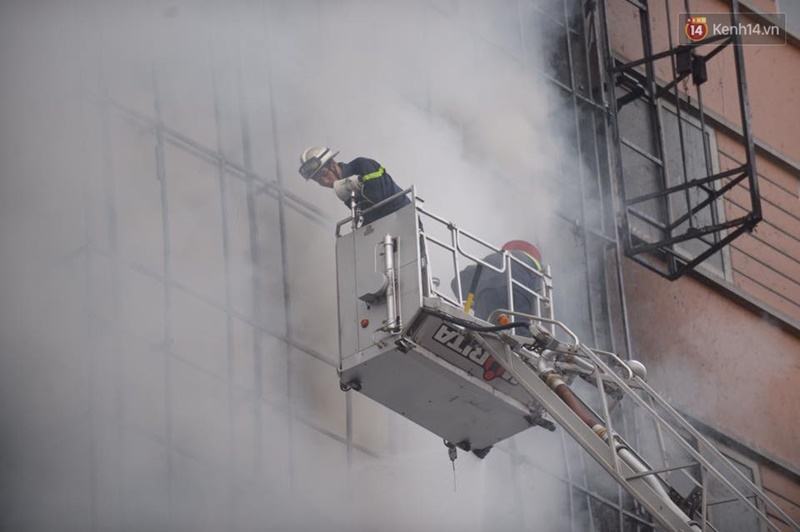 Clip lính cứu hỏa chìm trong khói lửa mịt mù ở Hà Nội - Ảnh 9.
