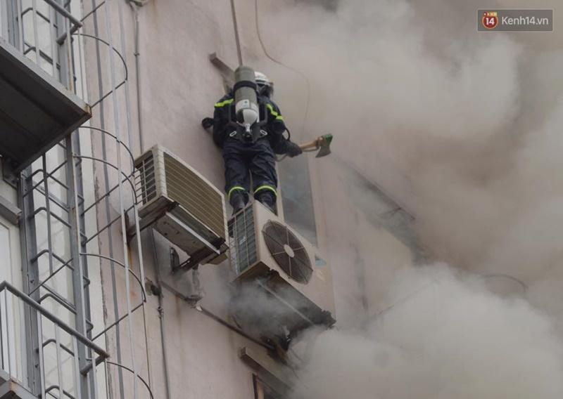 Clip lính cứu hỏa chìm trong khói lửa mịt mù ở Hà Nội - Ảnh 11.