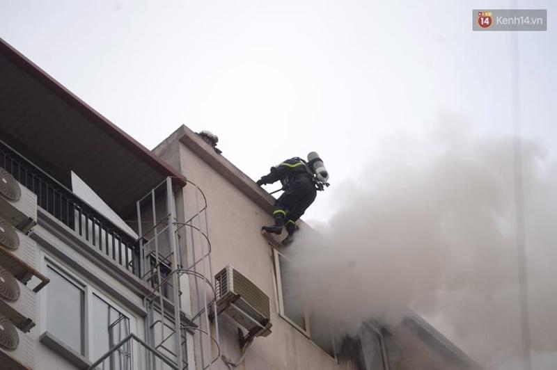 Clip lính cứu hỏa chìm trong khói lửa mịt mù ở Hà Nội - Ảnh 12.