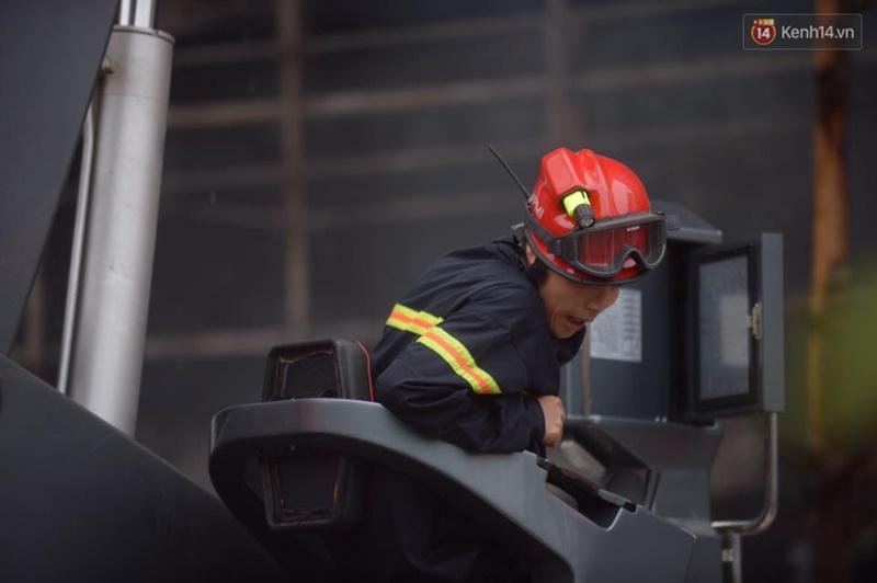 Clip lính cứu hỏa chìm trong khói lửa mịt mù ở Hà Nội - Ảnh 5.
