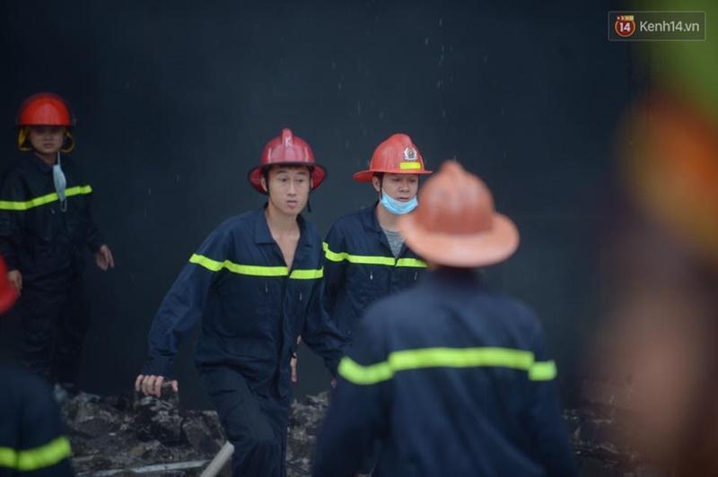Clip lính cứu hỏa chìm trong khói lửa mịt mù ở Hà Nội - Ảnh 6.