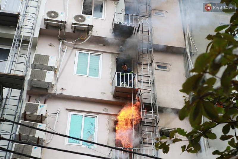 Clip lính cứu hỏa chìm trong khói lửa mịt mù ở Hà Nội - Ảnh 8.