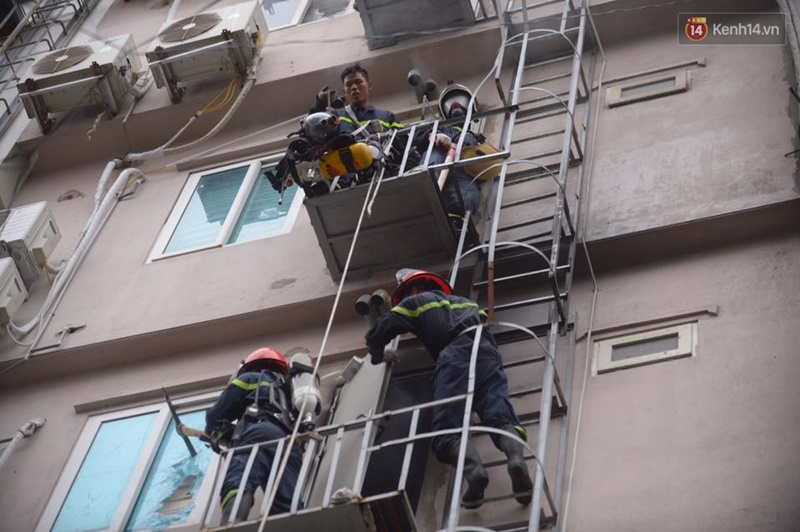 Clip lính cứu hỏa chìm trong khói lửa mịt mù ở Hà Nội - Ảnh 13.