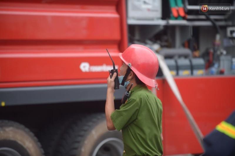 Clip lính cứu hỏa chìm trong khói lửa mịt mù ở Hà Nội - Ảnh 15.