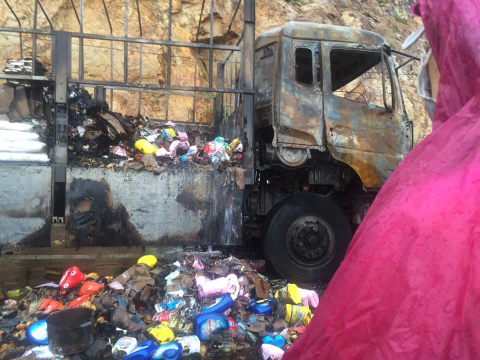 Tài xế bật khóc vì cả xe tải hàng bị cháy mà người dân vẫn thi nhau hôi của - Ảnh 4.
