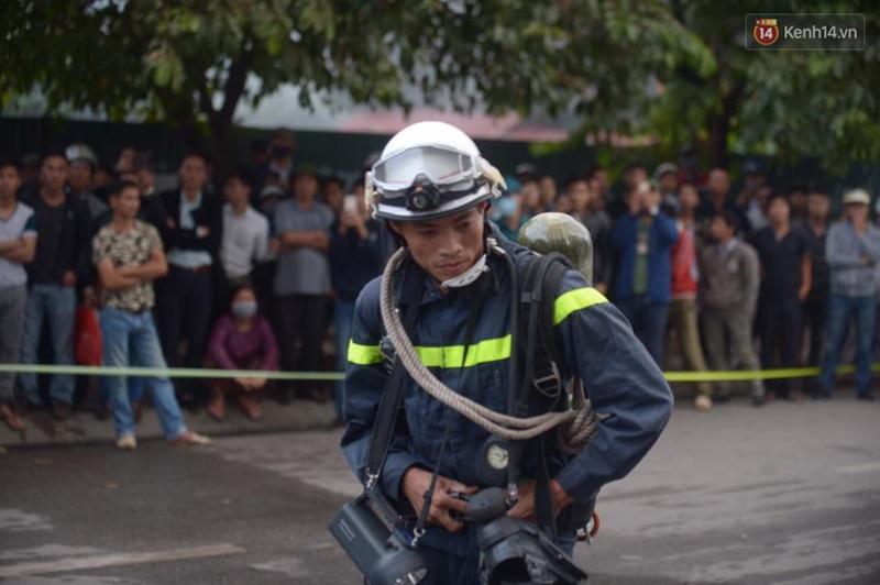 Clip lính cứu hỏa chìm trong khói lửa mịt mù ở Hà Nội - Ảnh 7.