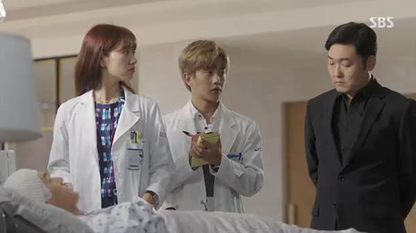 """""""Doctors"""": Park Shin Hye bị kẻ lạ tấn công bất thình lình tại bệnh viện - Ảnh 29."""
