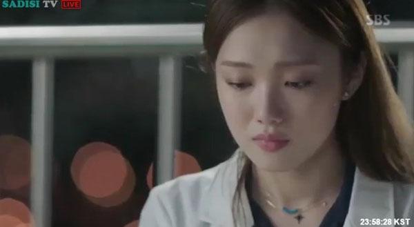 """""""Doctors"""": Lee Sung Kyung quỳ gối cầu xin Park Shin Hye - Ảnh 25."""