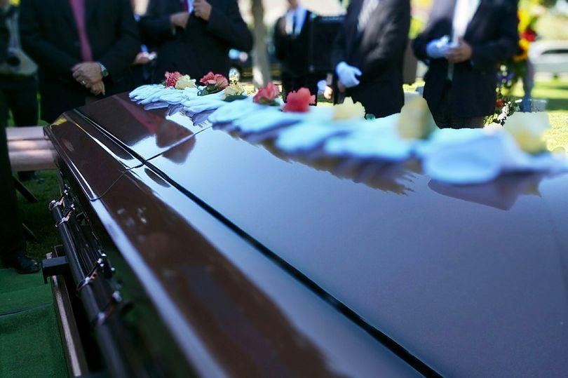 Bị xác chết béo phì rơi trúng, nhân viên tang lễ bị thương nặng ở chân - Ảnh 1.