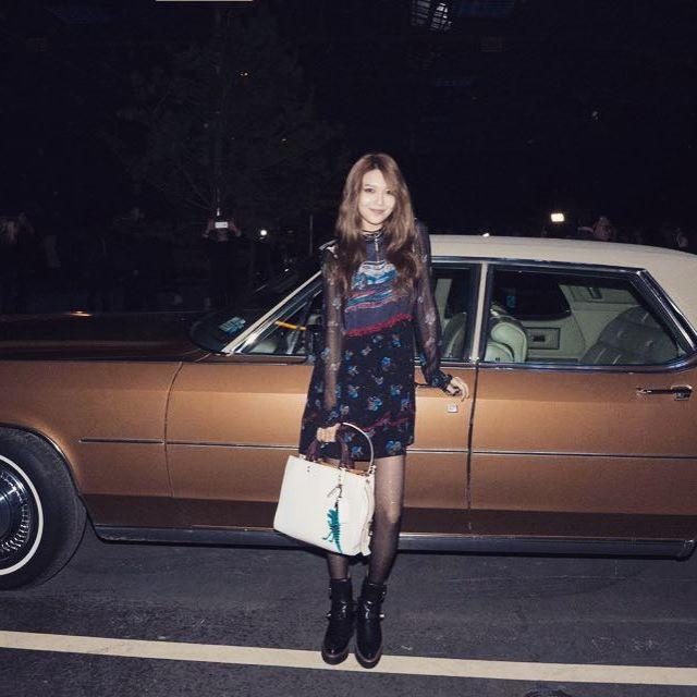 Xúng xính cùng sao Hollywood, Sooyoung được báo Vogue khen hết lời vì mặc đẹp - Ảnh 1.