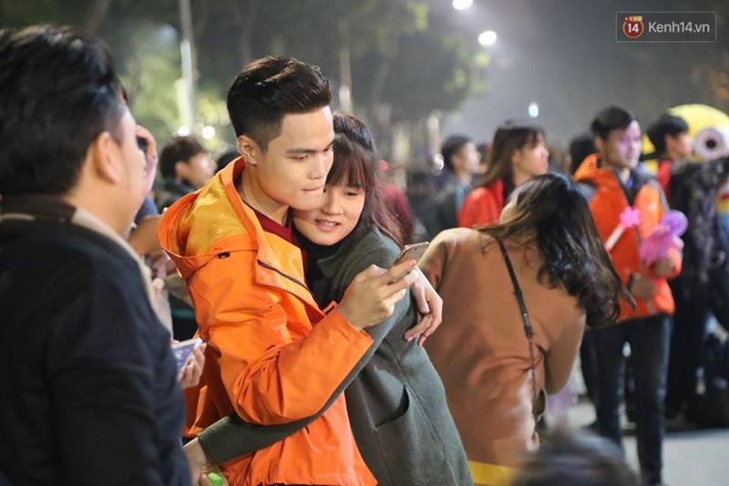 Chùm ảnh: Những nụ hôn rực rỡ trong đêm giao thừa đón năm mới 2017 - Ảnh 9.